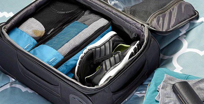 Reisekoffer und Waage für aufgegebenes Gepäck